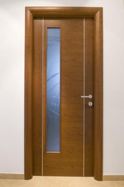 Porta in ciliegio con vetro laterale verniciata tinta noce con due inserti verticali in alluminio satinato