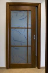 Porta scorrevole scrigno a vetro in ciliegio verniciata tinta noce con telaietto a filo piano