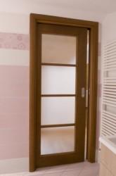 Porta scorrevole scrigno a vetro in ciliegio verniciata tinta noce con telaietto a tre traversi piano